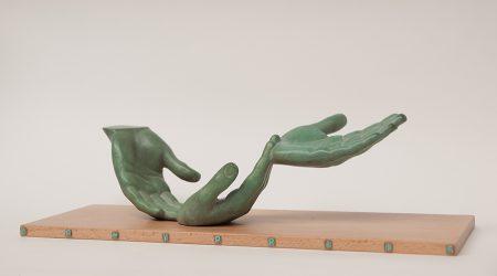 brons op beukenhouten sokkel met lettering in brons. lengte brins 35 cm